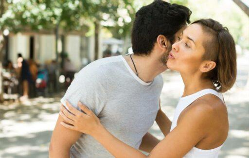 Waarom kust men in Spanje twee keer op de wang?